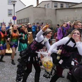 Stimmung, Küsse und Süßes zum Radeburger Karnevalsumzug