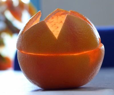 Weihnachtsbasteln mit Orangen - Windlicht aus Apfelsinen